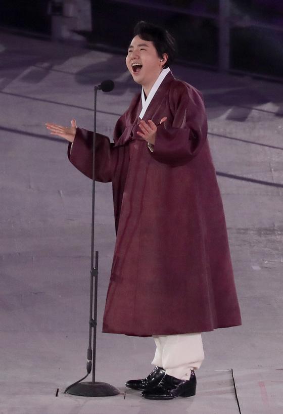 지난해 3월 강원 평창 올림픽스타디움에서 열린 2018 평창 동계패럴림픽 개회식에서 팝페라 가수 임형주가 노래하고 있다.[중앙포토]