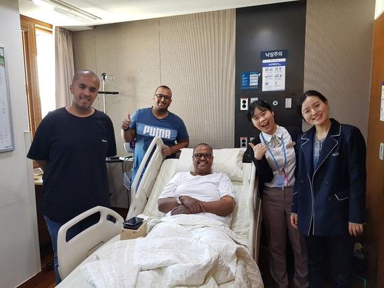 한국을 방문한 중동 환자와 그 가족이 서울 시내 한 대학병원에서 포즈를 취하고 있다. [사진 하이메디]