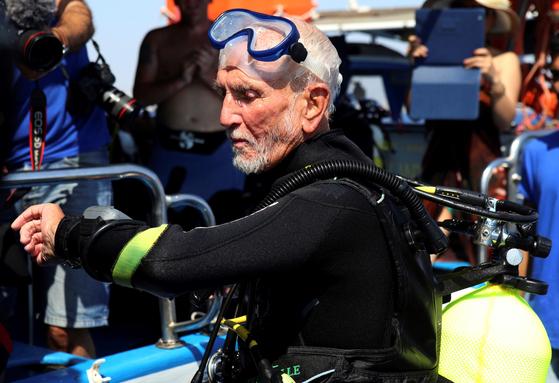 레이 울리가 지난달 31일 키프로스 라르나카 남해안 제노비아 다이빙 포인트에서 입수 준비를 하고 있다. [AP=연합뉴스] 다이빙하기 전 레이 울리의 몸짓. 제2 차 세계 대전 참전 용사인 레이 울리는 이날 48분 동안 42.4 미터까지. 잠수해 세계 최고령 기네스 세계기록을 경신했다. [AP=연합뉴스]