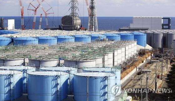 후쿠시마 제1원전 부지에 오염수를 담아둔 대형 물탱크가 늘어져 있는 모습. 처분하지 못한 오염수가 급격히 늘며 현재 부지에는 오염수 100만 톤(t)이 물탱크에 담긴 채 보관되고 있다. 2019년 2월 촬영된 사진이다. [연합뉴스]