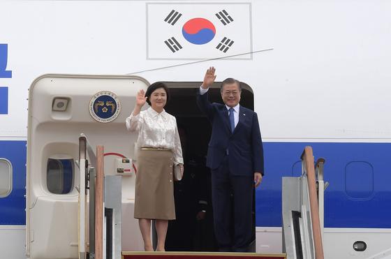 문재인 대통령과 부인 김정숙 여사가 1일 성남 서울공항을 통해 태국으로 출국하고 있다. [연합뉴스]