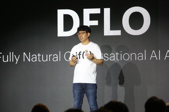 카카오 김병학 AI랩 총괄부사장이 AI 관련 새 프로젝트인 디플로(DFLO)를 소개하고 있다. [사진 카카오]