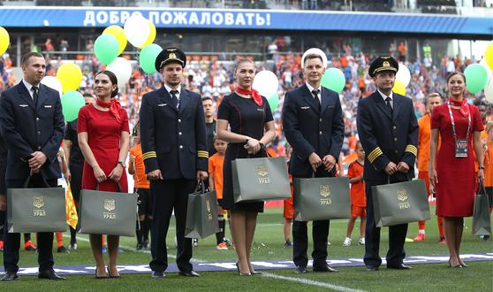 사고여객기 기장 다미르 유수포프(오른쪽 둘째)와 승무원들이 지난 17일 열린 러시아 프로축구 경기에 초청돼 소개를 받고 있다.[타스=연합뉴스]