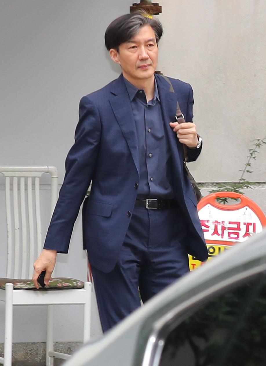 조국 법무부 장관 후보자가 1일 오후 서울 서초구 자택을 나서고 있다.[연합뉴스]