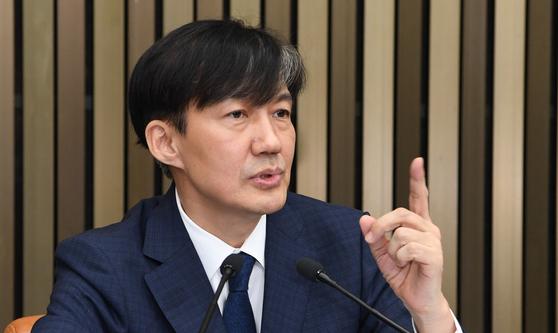 조국 법무부 장관 후보자가 2일 오후 서울 여의도 국회에 열린 기자간담회에서 기자들의 질문을 받고 있다. 오종택 기자