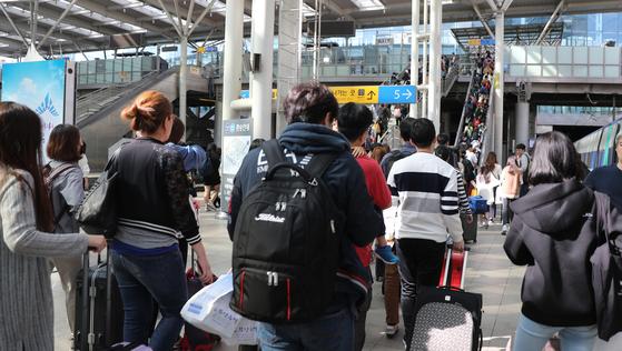 지난해 추석연휴 마지막 날 고향에 다녀온 귀경객들이 서울역을 나서고 있다. [연합뉴스]