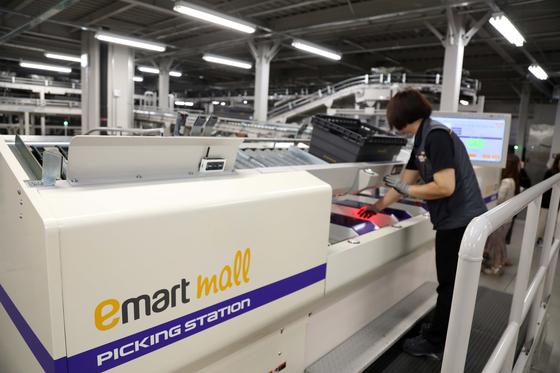 김포 신세계 온라인 전용 물류센터에서 한 직원이 배송될 상품을 포장하고 있다.[중앙포토]