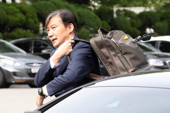 조국 법무부 장관 후보자가 2일 오후 서울 여의도 국회에서 기자회견에 앞서 차량에서 내리고 있다. [뉴스1]