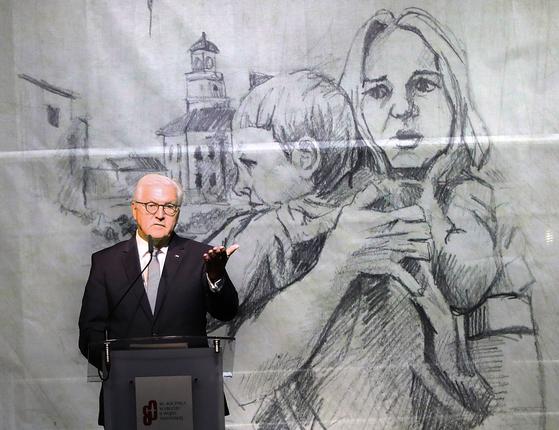 """프랑크 발터 슈타인마이어 독일 대통령이 1일(현지시간) 폴란드 비엘룬에서 열린 2차대전 발발 80주년 행사에서 '독일의 압제에 희생된 폴란드인들을 기리며 용서를 구한다""""고 밝혔다. 비엘룬은 제2차 세계대전 당시 독일 공군의 첫 기습 폭격으로 민간인 1200여 명이 학살됐다. [AP=연합뉴스]"""
