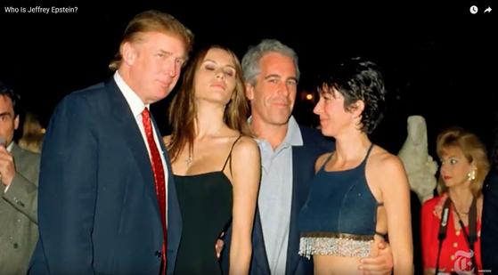 제프리 엡스타인과 도널드 트럼프(맨 왼쪽) 현 대통령이 여성들과 함께 파티장에서 포즈를 취하고 있다. [유튜브 캡처]