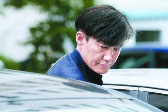 조국 법무부 장관 후보자가 1일 오후 서울 서초구 자택을 나와 차량에 오르고 있다[뉴스1]