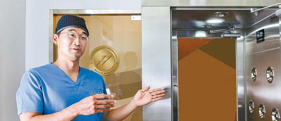 프라우드비뇨기과의원 이지용 원장이 4중 안전 차단문과 에어샤워 등 첨단 감염 관리 시스템에 대해 설명하고 있다. 프리랜서 인성욱