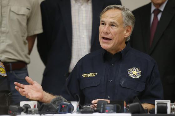 그렉 애버트 텍사스 주지사가 지난달 31일 총기 난사 사건 발생 직후 기자회견을 하고 있다. [AP=연합뉴스}