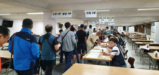 2일 현대차 울산4공장에 마련된 투표장에서 노조 조합원들이 올해 임금과 단체협약 잠정합의안에 대해서 찬반투표를 진행하고 있다. [사진 현대차 노조]