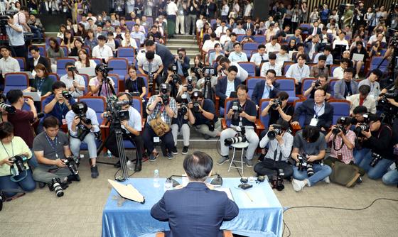 조국 법무부장관 후보자가 2일 오후 서울 여의도 국회에서 열린 기자간담회에 참석하고 있다. 오종택 기자