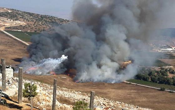 이스라엘 공격을 받은 후 레바논 남부 국경지대의 마룬알라스 마을에서 연기가 나고 있다. [AP=연합뉴스]