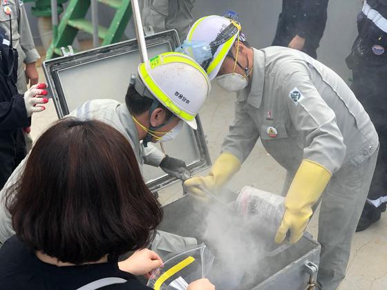 2일 강원도 동해항에서 검사를 위해 일본산 석탄재 시료를 채취하고 있다. 천권필 기자