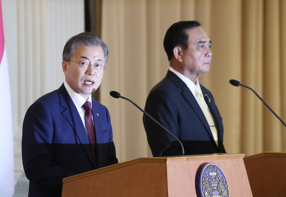 문재인 대통령이 태국 쁘라윳 짠오차 총리와 2일 방콕 총리실 청사에서 정상회담 및 각 부처 MOU 체결 후 공동언론발표를 하고 있다. 청와대사진기자단