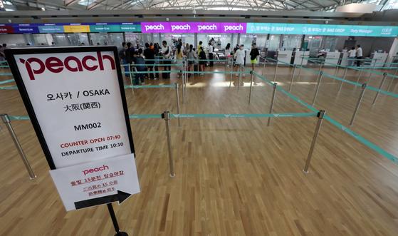 국내 1, 2위 여행사 하나투어와 모두투어가 일본 여행상품 판매 실적이 지난해 8월보다 약 80% 감소했다고 밝혔다. 사진은 인천공항 일본 노선 카운터의 한산한 모습. [뉴스1]