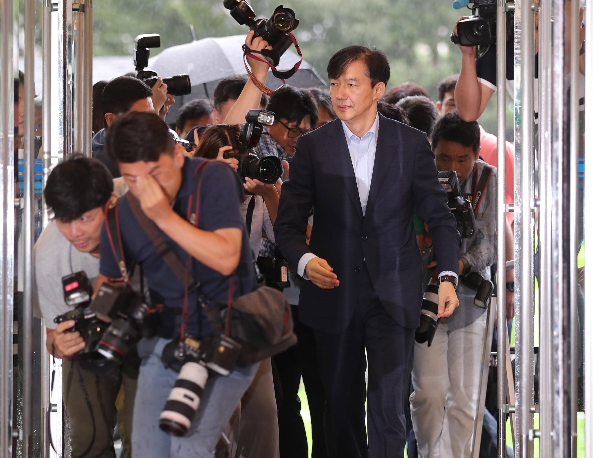 조국 법무부장관 후보자가 29일 오전 서울 종로구 적선현대빌딩에 마련된 인사청문회 준비단 사무실로 출근하고 있다. 최승식 기자