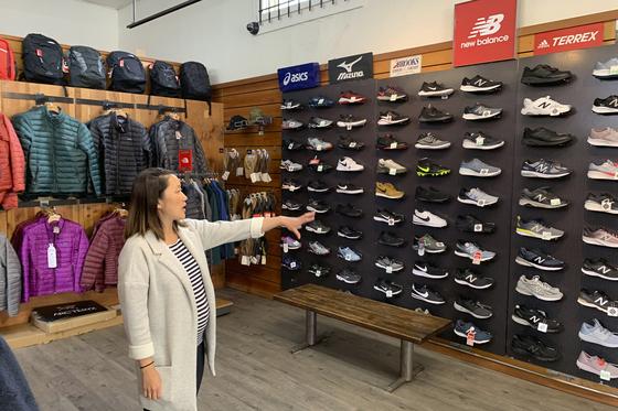 미국 샌프란시스코에서 스포츠용품점을 운영하는 점주가 중국산 운동화를 가리키고 있다.[AP=연합뉴스]