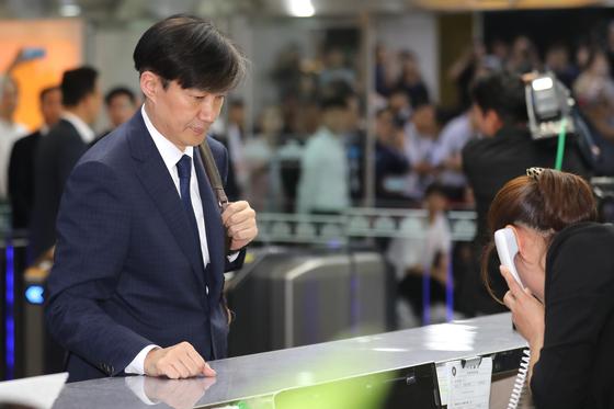 조국 법무부 장관 후보자가 2일 오후 서울 여의도 국회에 들어가기 위해 출입증을 받고 있다. 뉴스1