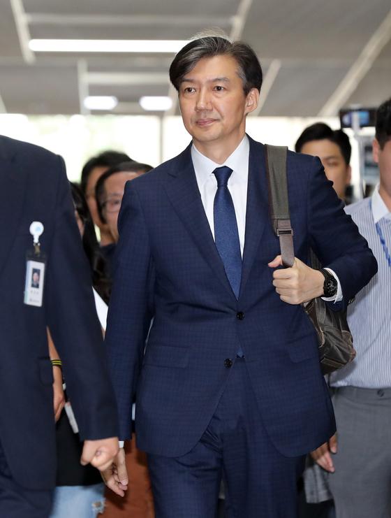 조국 법무부장관 후보자가 2일 오후 서울 여의도 국회에서 열린 기자간담회에 백팩을 메고 참석하고 있다. 오종택 기자.