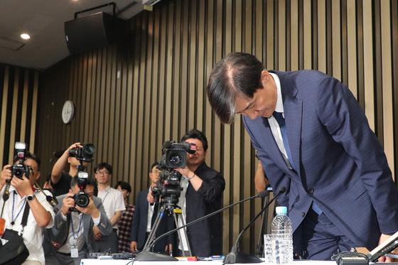 조국 법무부 장관 후보자가 2일 오후 국회에서 열린 기자간담회에 입장해 인사하고 있다. 변선구 기자