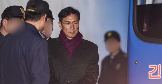 지난 2월 2심에서 실형을 선고받은 안희정 전 충남지사가 서울중앙지법에서 호송차에 오르고 있다. [연합뉴스]
