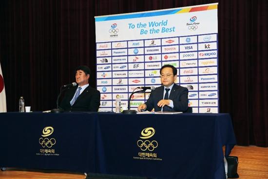 신치용 선수촌장(왼쪽)과 김승호 대한체육회 사무총장