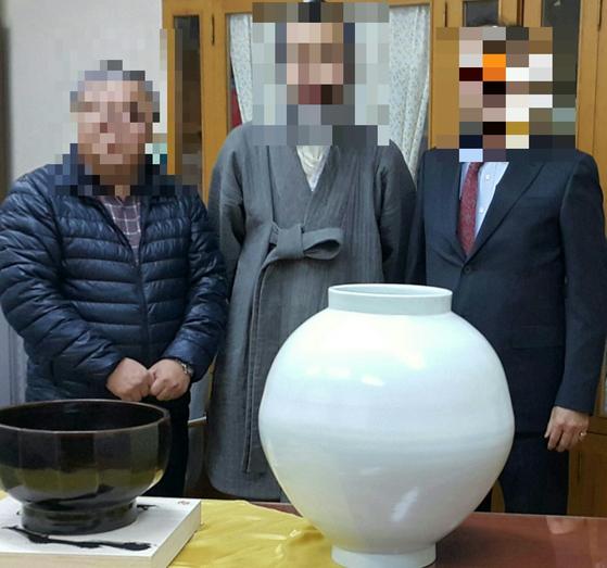 2015년 12월 강원도 양구선사박물관에서 열린 백자 달항아리 기증 행사. [사진 신현철 명장]