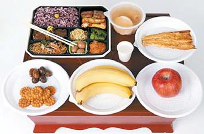 <한가위 혼밥족 위한 차례상> 1 명절 한상 가득 도시락 2 어묵 한 그릇 3 먹태 4 사과 5 바나나 6 맛밤 7 약과.