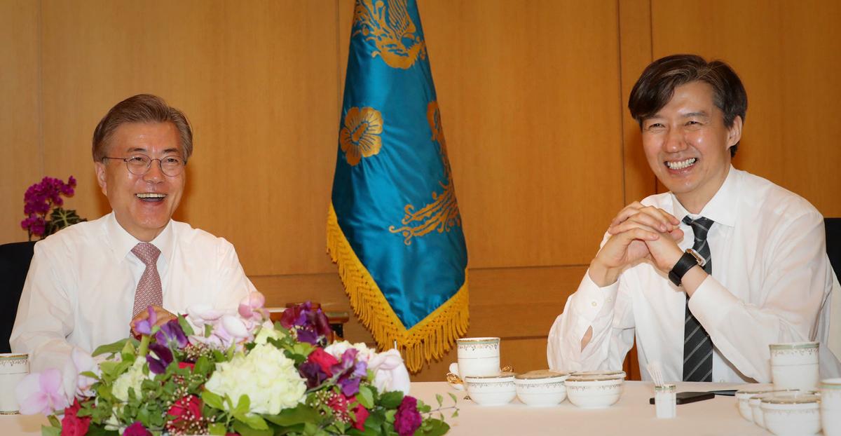 문재인 대통령(왼쪽)과 조국 법무부 장관 후보자. 사진은 지난 2017년 5월 11일 당시 민정수석인 조 후보자가 문 대통령과 오찬을 함께하는 모습. [청와대사진기자단]
