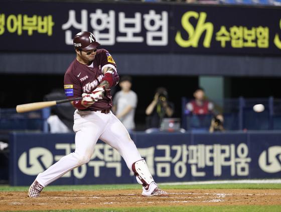 키움 박병호가 3일 잠실경기에서 8회 투런포를 날리고 있다. [뉴스1]