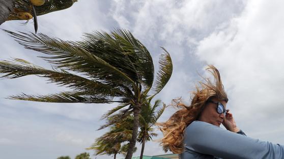 2일 미국 플로리다주에서 허리케인 도리안의 영향을 바람이 강하게 불고 있다. [AP=연합뉴스]