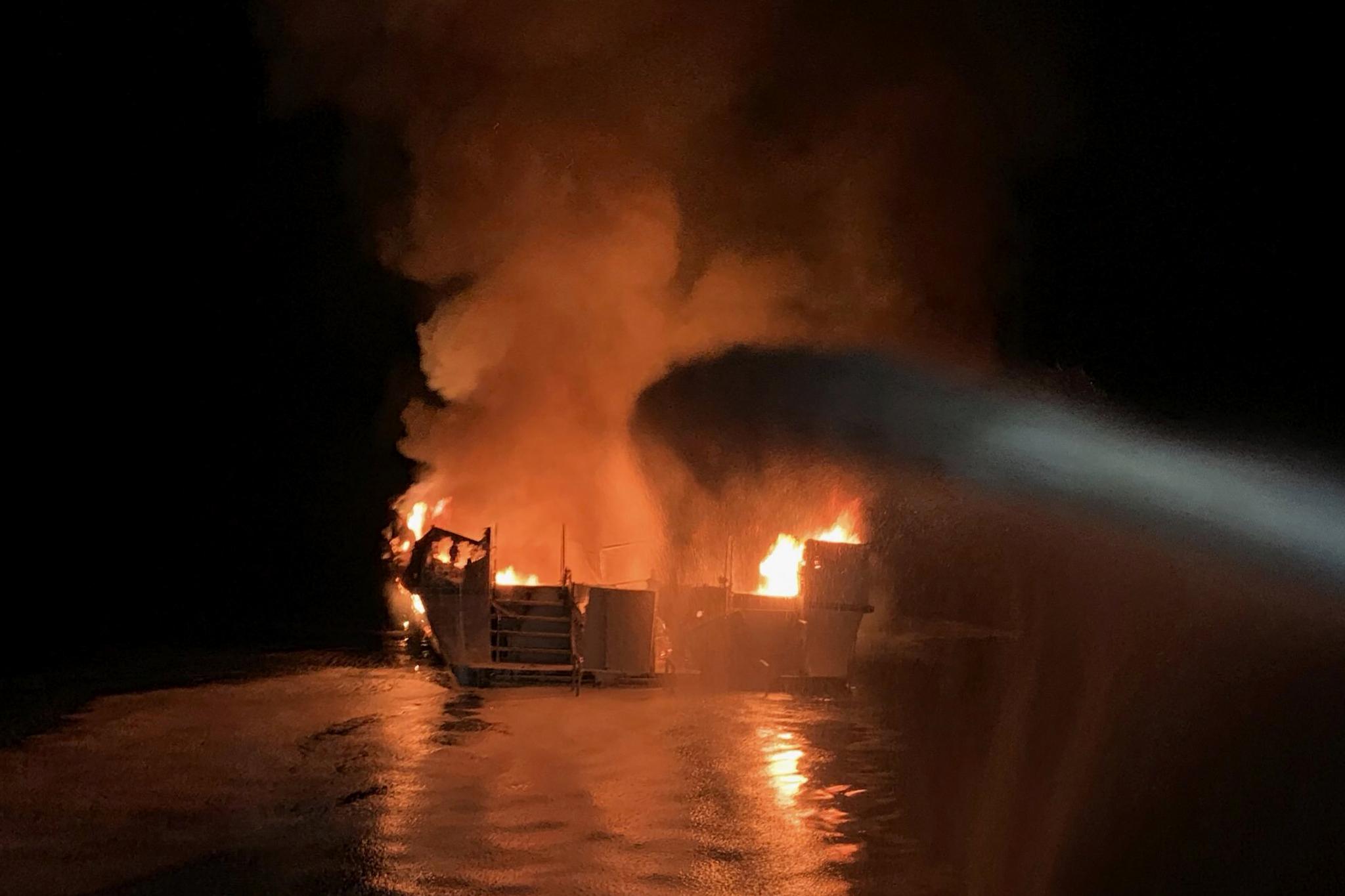 소방관들이 2일(현지시간) 화염에 휩싸인 보트에 진화작업을 하고 있다. [AP=연합뉴스]