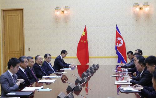2일 북한을 방문중인 왕이 중국 국무위원 겸 외교부장이 평양 만수대의사당에서 이용호 북한 외무상과 회담을 하고 있다. [사진=중국 외교부]