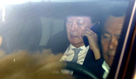 윤석열 검찰총장이 지난달 28일 오전 대검찰청으로 출근하는 차량에서 통화하고 있다. [뉴스1]