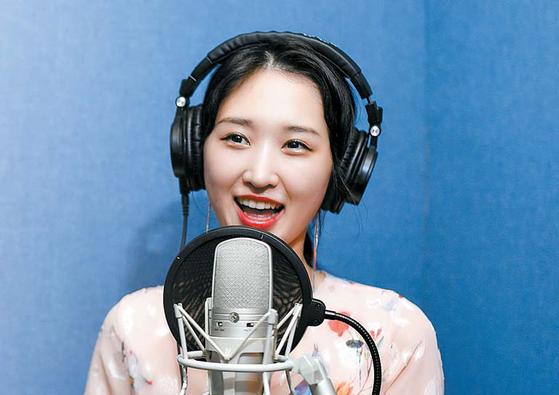 직장인 김아람씨가 지난달 21일 한 녹음 스튜디오에서 올해 태어난 조카를 위한 노래를 작곡해 부르고 있다. / 프리랜서 김동하