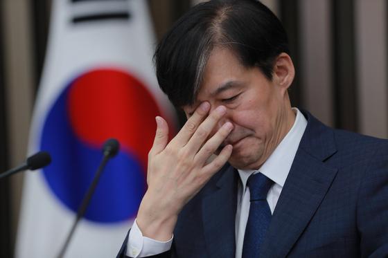조국 법무부 장관 후보자가 2일 오후 서울 여의도 국회에서 열린 기자간담회에서 자녀 관련 이야기를 하다 눈가를 매만지고 있다. [뉴스1]