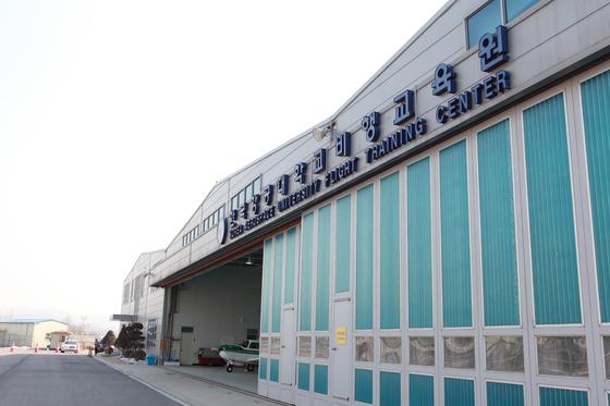 한국항공대학교 평생교육원 항공정비전공 학생들의 실습장으로 활용되고 있는 한국항공대 수색비행훈련원 및 항공정비 실습용 항공기.