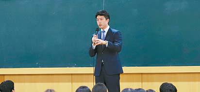박세니 박세니마인드코칭 대표가 학생들에게 심리 관리 의 중요성에 대해 강연하고 있다.