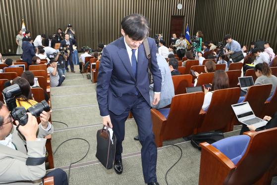 조국 법무부 장관이 2일 국회에서 열린 기자 간담회를 마친 뒤 회의실을 나서고 있다. 오종택 기자