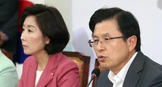 황교안 자유한국당 대표가 2일 서울 여의도 국회에서 열린 최고위원회의에서 모두발언을 하고 있다. [뉴스1]