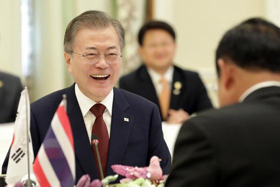 태국을 공식 방문한 문재인 대통령이 2일 오전(현지시간) 방콕 총리실에서 쁘라윳 짠오차 태국 총리와 정상회담을 하고 있다. 청와대사진기자단