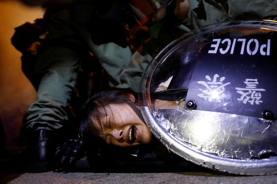 지난 8월 31일 41명의 부상자를 낸 타이즈 지하철역 과격 진압에 항의하는 시위가 타이즈역을 중심으로 2일 밤과 3일 새벽에 걸쳐 벌어졌다. 사진은 시위를 벌이던 한 사람이 2일 밤 경찰에 체포되는 모습이다. [로이터=연합뉴스]