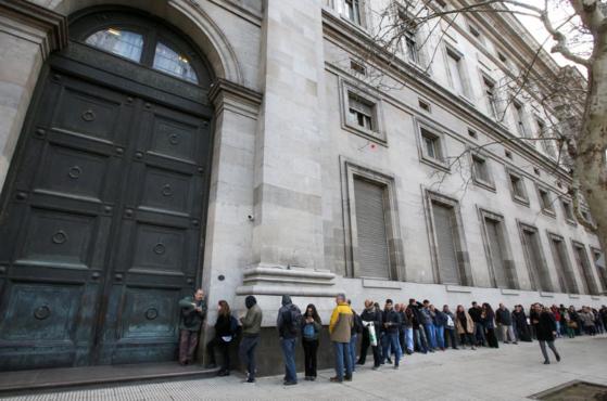 2일(현지시각) 아르헨티나 부에노스아이레스의 한 은행 앞에서 시민들이 문이 열리기 전부터 예금을 출금하기 위해 길게 줄지어 서 있다. [사진 로이터]
