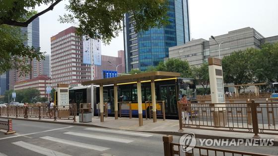 베이징시 당국은 지난 2018년 7월 베이징 중심가인 창안제(長安街) 버스 정류장에 있던 삼성전자와 현대차 광고판을 철거하고 석달여만인 10월께 새로운 정류장을 설치했다. [연합뉴스]