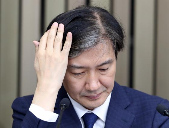 조국 법무부 장관 후보자가 2일 오후 서울 여의도 국회에서 기자간담회중 머리카락을 쓸어넘기고 있다. [뉴스1]