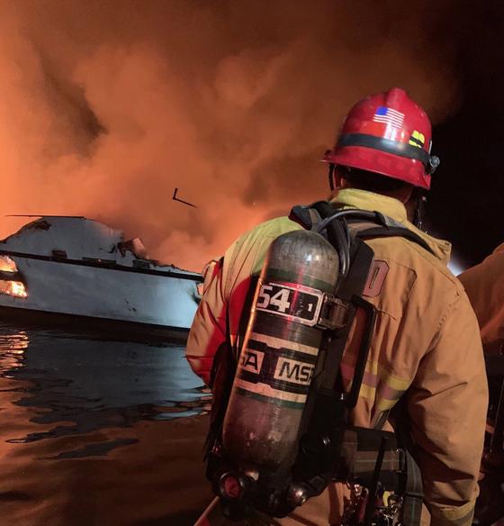 미 서부 산타크루즈에 정박해있던 소형 다이빙 보트에서 2일(현지시간) 화재가 발생해 34명이 사망 또는 실종된 상태다. [신화통신=연합뉴스]